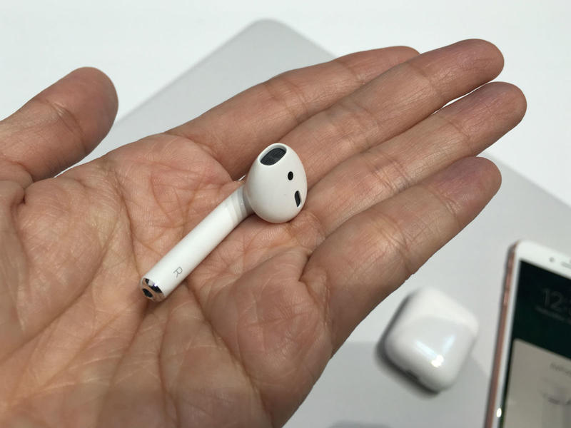 apple_airpods_in_hand