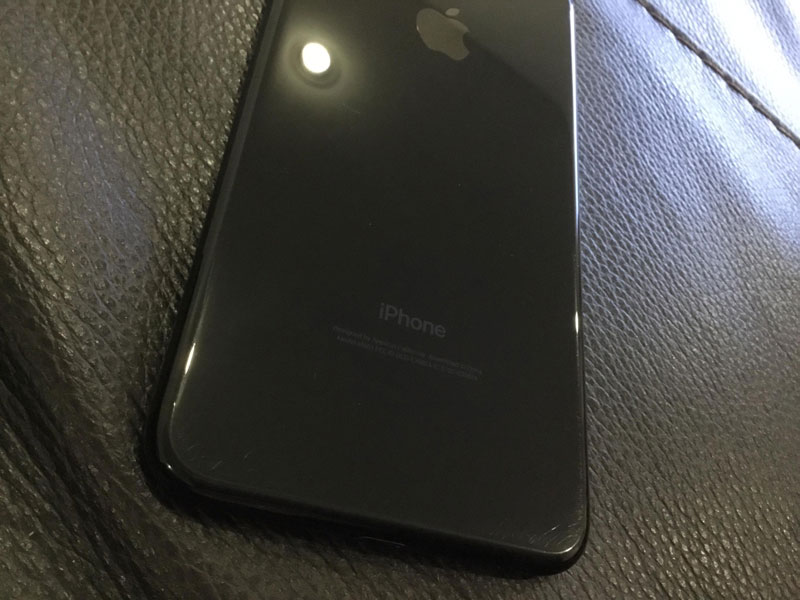 iPhone-7-jet-black-scratch-2