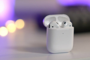 AirPods-Wireless-Charging-Case-with-first-gen-AirPods-inside